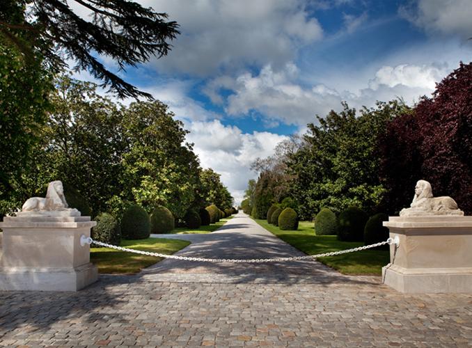 <p>L'allée centrale du parc de Château d'Armailhac conduit à Mouton Rothschild.</p>